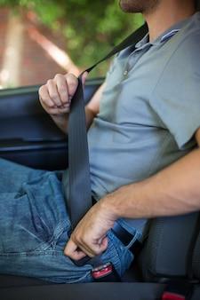 シートベルトを締める男