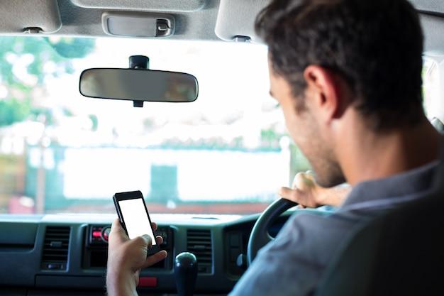 Водитель с помощью телефона в машине