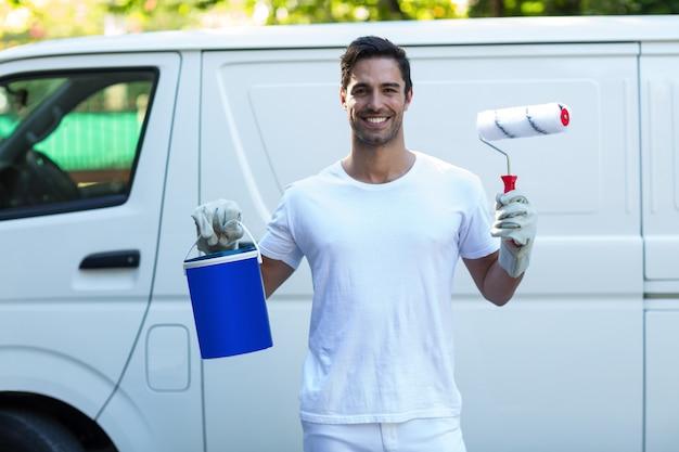 Портрет счастливого художника против фургона