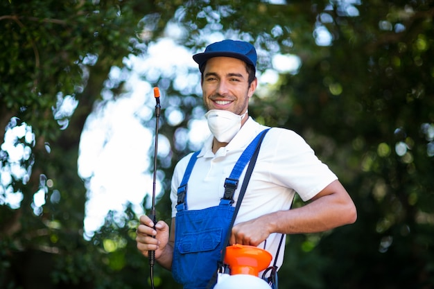 幸せな殺虫剤労働者の肖像