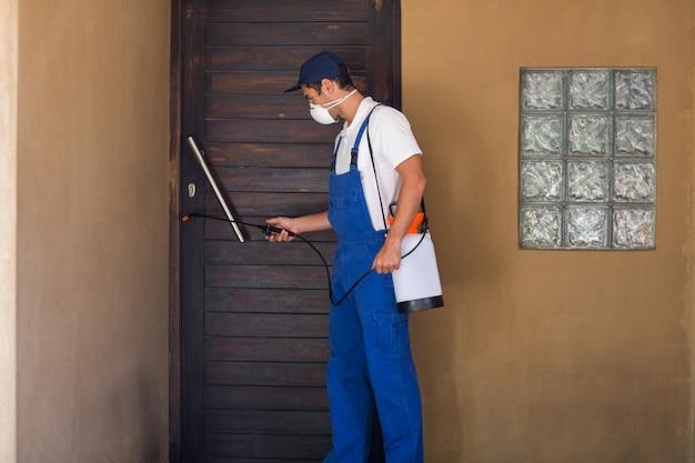 労働者のドアに化学薬品を散布