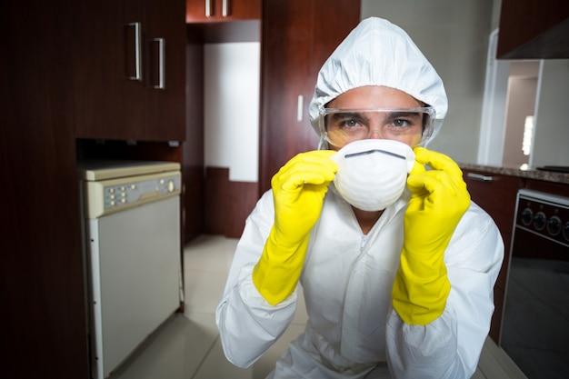 マスクを着て自信を持って農薬労働者の肖像