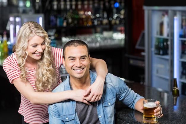 ドリンクを飲んで笑顔のカップル