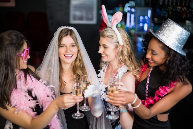 Друзья празднуют девичник