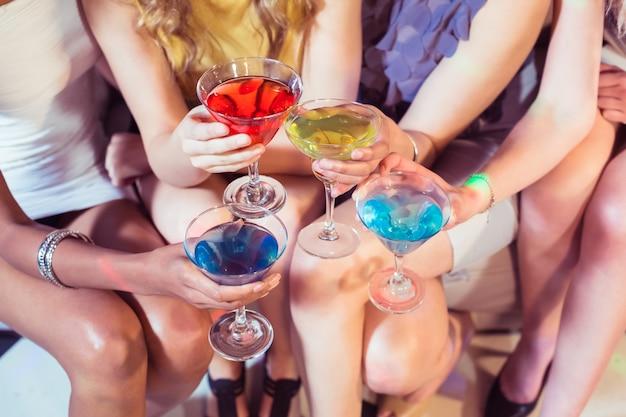 Девушки с коктейлями поджаривания