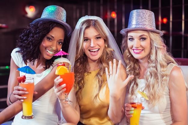 Девочки празднуют девичник