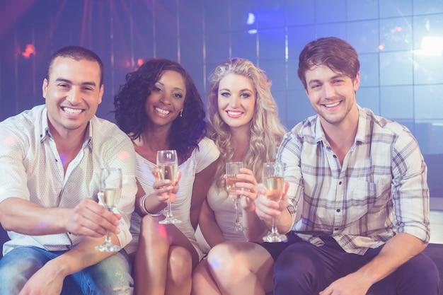 Друзья празднуют с шампанским