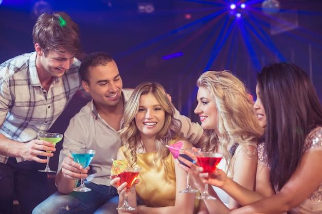 Счастливые друзья с коктейлями