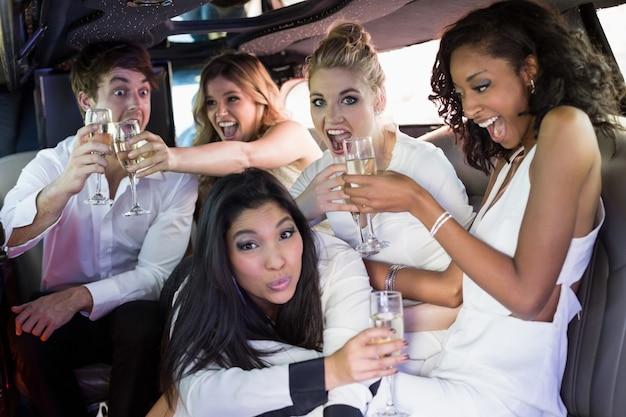 Счастливые друзья пьют шампанское