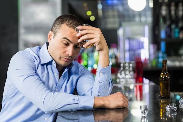 Подавленный виски человека