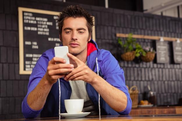 彼のスマートフォンを使用している人
