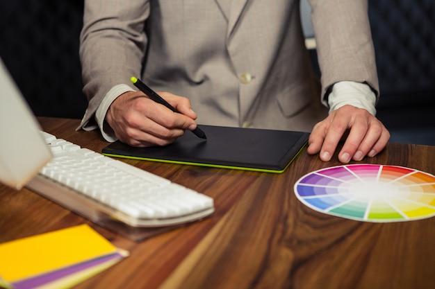Творческий бизнесмен с помощью графического планшета