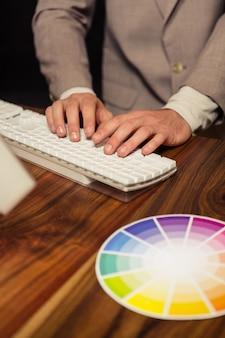 Творческий бизнесмен с помощью компьютера