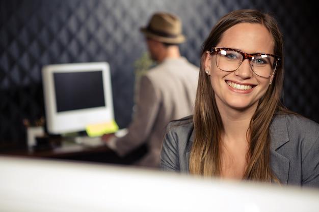 カメラに笑顔創造的な実業家