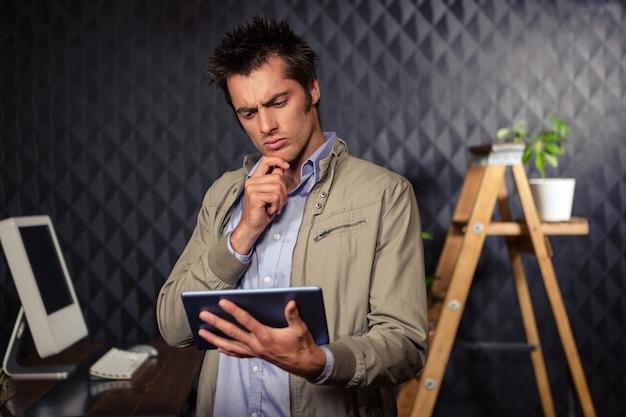 タブレットを使用して創造的なビジネスマン