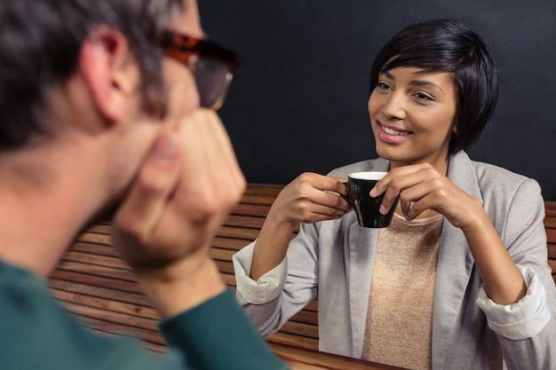 一緒にコーヒーを持っているカップル