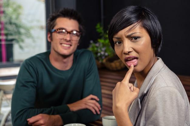 男と話すうんざりした女性