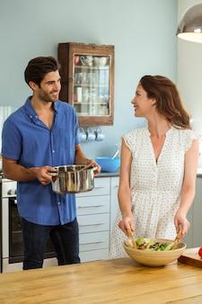 Счастливая пара работает на кухне