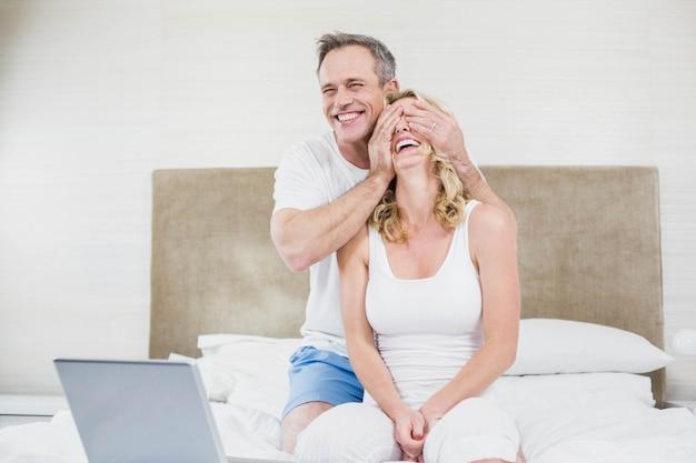 夫が彼女のベッドで妻を驚かせる