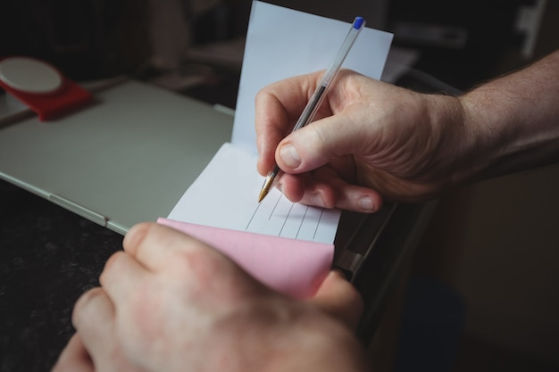Руки терапевта пишут под расписку