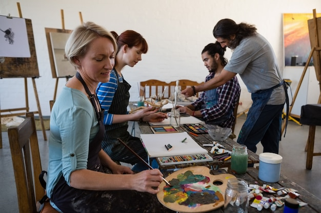 美術の授業で生徒を指導する教師