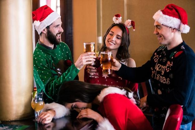 Праздничные друзья пили пиво и коктейль