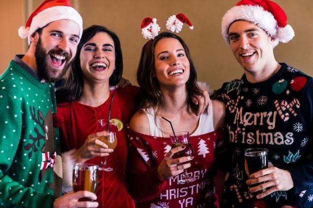 Праздничные друзья в баре
