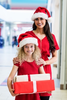 クリスマスプレゼントとクリスマスの服装で母と娘
