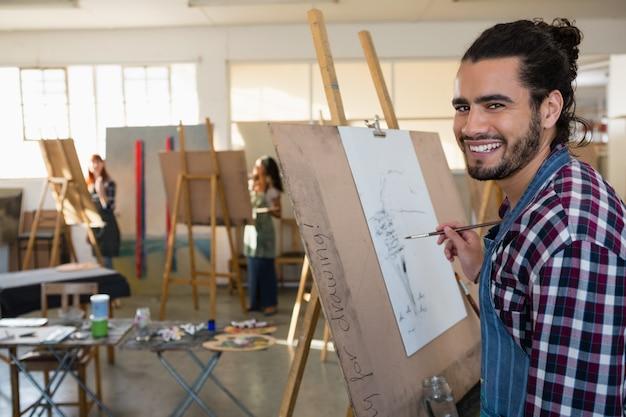 紙に絵を描く笑顔の男の肖像