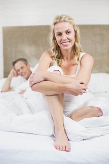 かわいいカップルが彼らの部屋で休憩