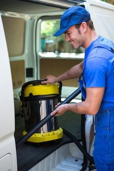 車を掃除する幸せな用務員