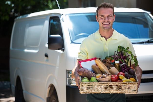 Счастливый человек доставки продуктов
