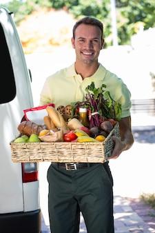 食料品を提供する幸せな男