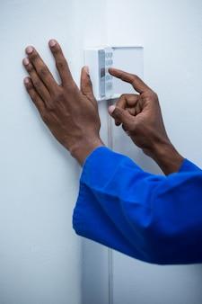 ホームセキュリティキーパッドに触れる手