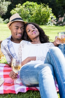 Молодая пара на пикнике в парке