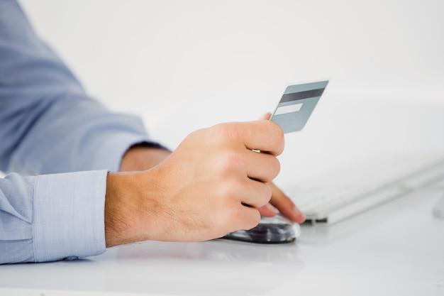 Ман рука кредитной карты
