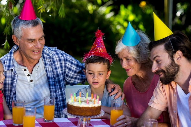 庭で祝う誕生日男の子と家族