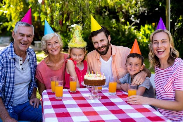 庭で誕生日を楽しんでいる多世代家族
