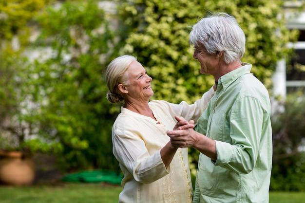 庭で踊るカップル