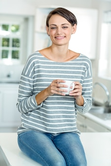 コーヒーと幸せな美しい女性の肖像画