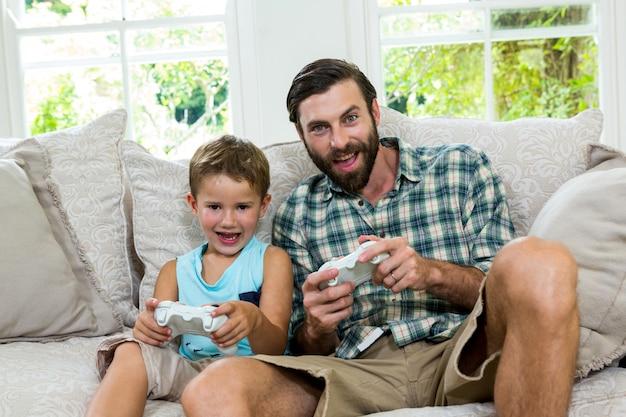 父と息子が自宅でビデオゲームをプレイの肖像画