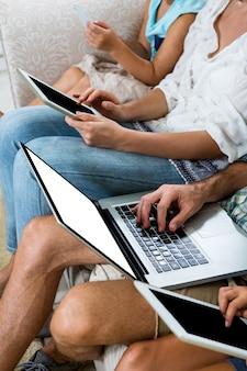 さまざまな技術を使用した家族の画像のトリミング