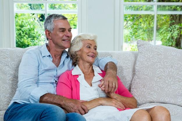 Пожилая пара смотрит в сторону дома