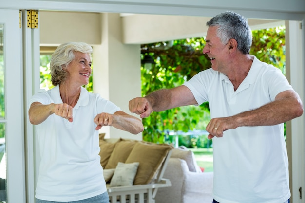 年配のカップルが自宅で運動