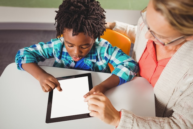 Учитель и ученик с помощью планшета
