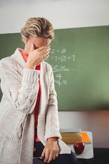 黒板の前で泣いている先生
