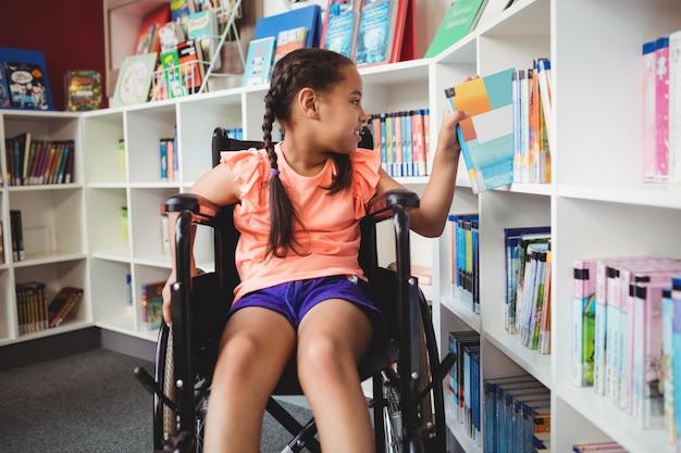 車椅子に座っている女の子