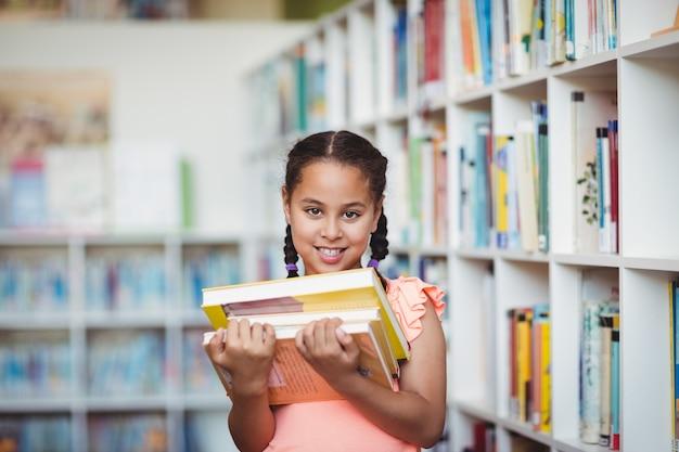 本を持って笑顔の女の子