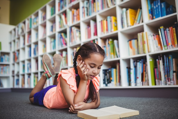 横になっていると本を読む少女