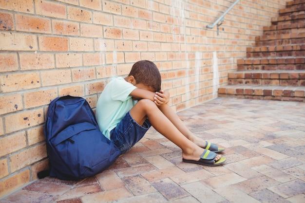 ひざに頭を抱えた悲しい少年